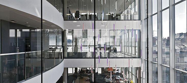 SGG DIAMANT to specjalne ekstra białe szkło typu float. Wyjątkowo niska zawartość tlenku żelaza powoduje najwyższy poziom przepuszczalności światła i ograniczony współczynnik własnego zabarwienia, niemożliwy do uzyskania w przypadku normalnego bezbarwnego szkła typu float. SGG DIAMANT jest jedynym szkłem bazowym, które pozwala na naturalne odtwarzanie barwy białej lub barw pastelowych na powierzchniach szklanych emaliowanych, lakierowanych i z sitodrukiem. #glass #architecture #design