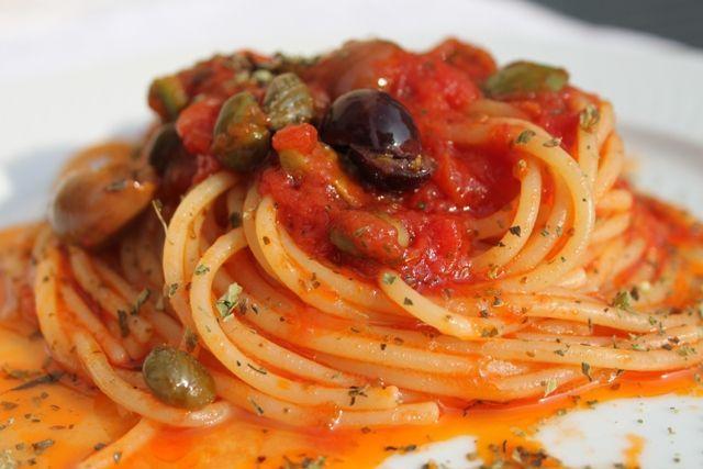 di Tommaso Esposito Non c'è dubbio alcuno, questi spaghetti si chiamano così, alla marinara, come la pizza si chiama così. E che marenara abbia a che fare con il mare anche su questo non c'è dubbio. Sta scritto nei vocabolari vernacolari. Mi viene un sospetto, però E qui invoco i linguisti: fai che marenara stia [...]