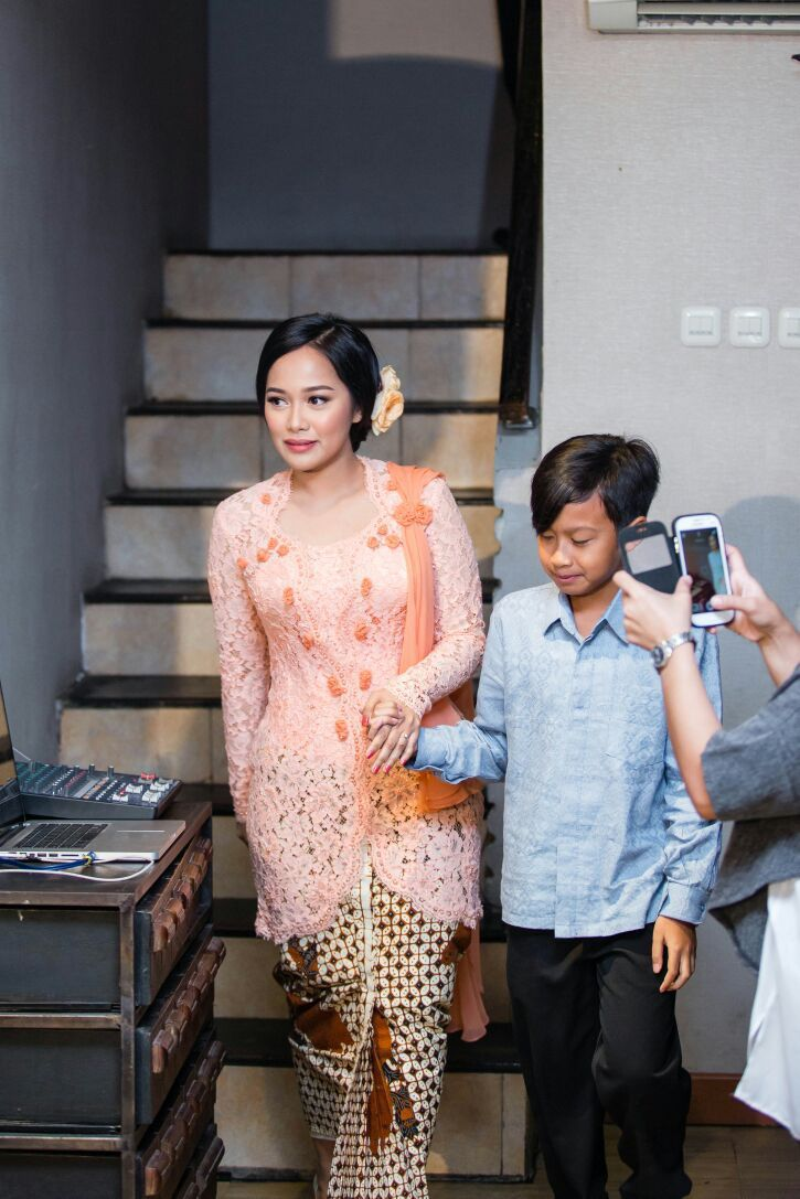 Acara Lamaran dengan Perpaduan Jawa dan Chinoiserie di Beranda Kitchen - Saskia saat turun dengan keponakannya