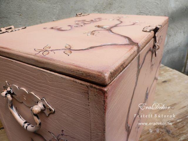Antikolt festett pasztell tároló láda a provence-i stílus jegyében. Fotó azonosító: PROVPASMAD13
