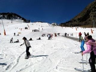 HOTEL METROPOLIS ESCALDES ANDORRA a150 metros Spa Welness CALDEA y junto la avenida comercial de Andorra. El Hotel Metropolis sólo a10 km de las Estaciones Esquí de Vallnord (Pal, Arinsal y Ordino Arcalis) y Grandvalira (Funicamp, Soldeu El Tarter, Parador Canaro, El Peretol,   Grau Roig y Pas de la Casa)   HOTEL METROPOLIS. Avda. de les Escoles nº25 AD700. Escaldes-Engordany, Andorra. Tel:+376 808 363 - Fax:+376 863 710  info@hotel-metropolis.com .
