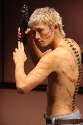 4年ぶりの日本映画出演!安藤政信の背中のタトゥーがすごすぎる