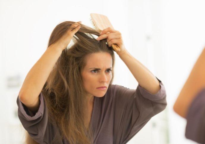 Femmes d'Aujourd'hui & L'Oréal Bien souvent, le signe qui annonce l'arrivée des pellicules est la démangeaison du cuir chevelu.Elles résultent d'une présence importante de sébum et de prédispositions individuelles ou génétiques. Le stress et la pollution peuvent aussi favoriser l'apparition de pellicules. Ainsi, pas moins de 43% des femmes en souffrent. Bien sûr, il existe …
