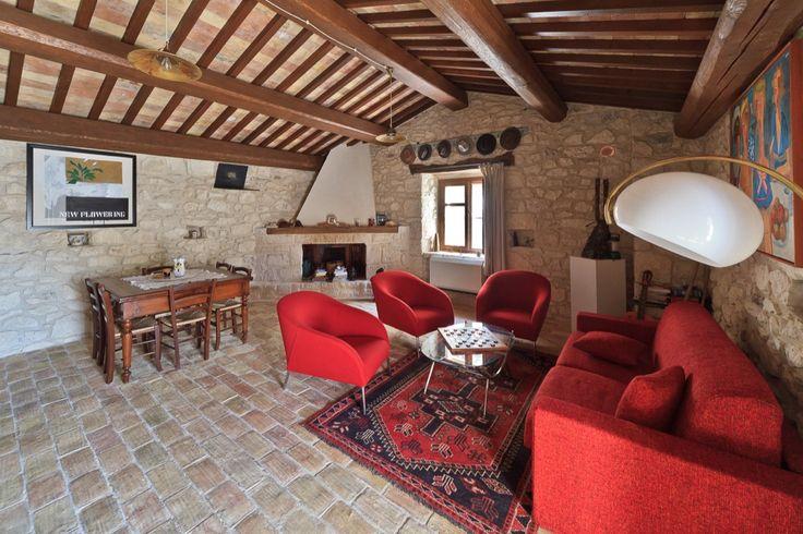 Appartamento Picchio Rosso, ampio salone con camino, comodo divano letto.