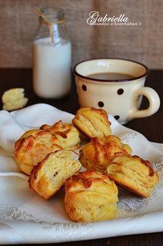 Gabriella kalandjai a konyhában :): Hajtogatott füstölt sajtos pogácsa - légiesen könnyű tésztával