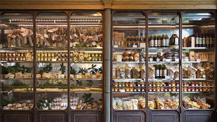 L'abilità di Riccardo Barthel: un vecchio armadio trasformato in mobile dispensa, metà refrigerato per salumi e formaggi, l'altra metà una perfetta vetrina per Ca' Lunae