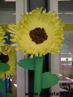 Grote zonnebloemen en twee halve gebakjes Vrolijke verhaaltjes voor het slapengaan