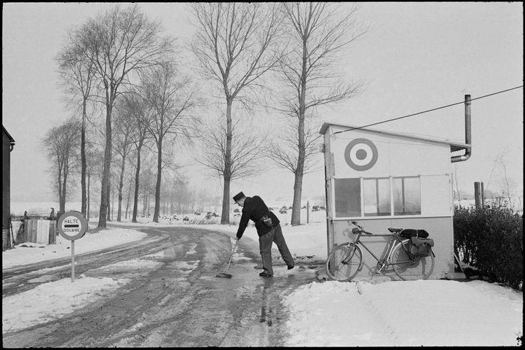 Henri Cartier-Bresson, Nord de Bailleul, à la frontière de la Belgique sur la route D23, France, 1969. © Henri Cartier-Bresson/Magnum Photos.