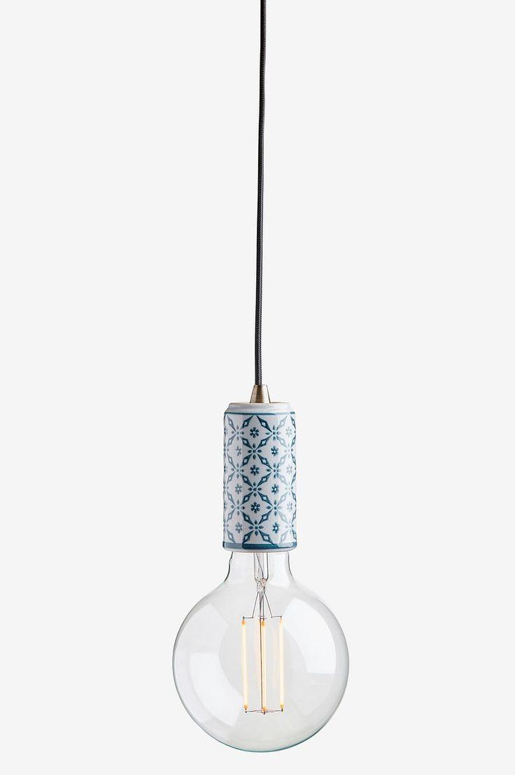 Fönsterlampa Ming Mey i porslin. Höjd 12 cm, diameter 4,5 cm. E27, max 40W. 3,5m textilkabel med väggkontakt. Inklusive LED lampa, klarglas, 125 mm i diameter. 4W, 280lm, 25000H.