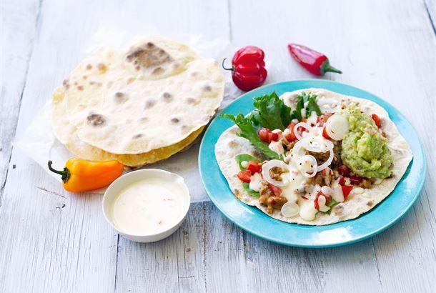 Maissitortillat voi tehdä itse, ne ovat helppotekoisia ja hyvänmakuisia. Täytä tortillat jauhelihaseoksella ja cheddarkastikkeella, höystä vielä guacamolella, tomaatilla ja sipulilla.