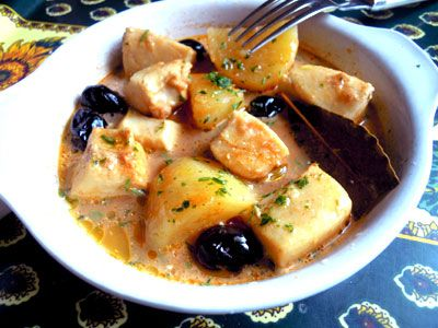 seiches à la rouille Pour 4 personnes :      1 kg blanc de seiche     1kg pommes de terre     200g olives noires     1 petite boîte concentré de tomates     25cl vin blanc sec     sel, poivre, piment     1 branche de thym     1 feuille de laurier     1 gousse d'ail     1 jaune d'oeuf     huile d'olive