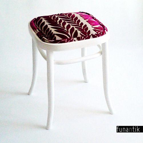 cute Thonet Klasická stolička Thonetka, potažená luxusní látkou Harlequin. Stolička byla kompletně zbroušena, opatřena vlastnoručně namíchaným saténovým nátěrem v mléčné barvě a nově očalouněna. Čalounění vzniklo sešitím dvou dílů luxusní potahové látky od Harlequin a okraje zdobí kédr (paspulka) vyrobená z té samé látky. Rozměry stoličky jsou: ...