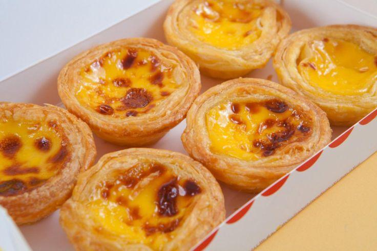 Pastéis de nata ou tarte portugaise est une pâtisserie typique de la cuisine portugaise . Ingrédients: 1 pâte feuilletée 5 œufs 200 g de sucre 35 g de farine 50 cl de lait 3 c. à soupe de jus de citron 1 gousse de vanille 1 pincée de sel Préparation: – Préchauffer le four th.Read More