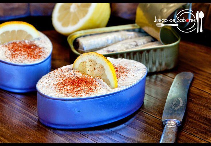 JUEGO DE SABORES : PATÉ DE SARDINAS/200 g de sardinas en lata desechando el aceite. 200 g de queso cremoso. 1 cucharada de mostaza. 4 cucharadas de aceite de oliva. 1 limón (mitad para zumo y mitad para decorar) 1 cucharadita de pimienta roja molida. Pimentón rojo para adornar. Un paquete de tostadas para untar el paté.