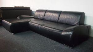 Mustering 740 bőr kanapé: Modern, stílusos fekete bőr ülőgarnitúra 3 db állítható háttámlával (Változtatható ülésmélység), henegres króm lábakkal.