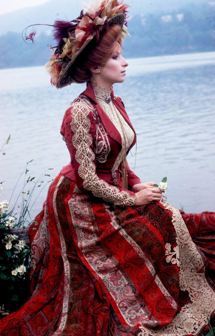 "Barbra Streisand in ""Hello, Dolly!"" (1969) Diseñadora Irene Sharaff, candidata a oscar por su vestuario"