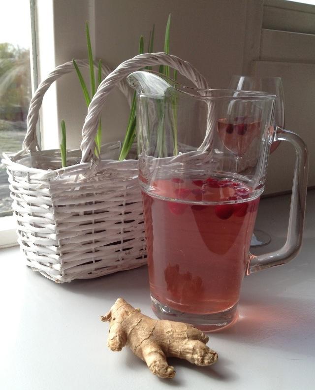 IJsthee van groene thee met cranberry's en gember. Zet een een liter groene thee. Giet de thee over 50-100 gram bevroren cranberry's. Voeg 5 gram heel dun gesneden gember toe. Laat de thee staan tot hij lauw is. Voeg 1 liter koud water toe en zet te thee in de koelkast.
