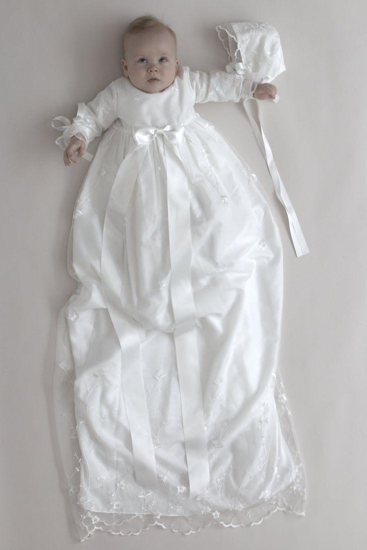 Flot, lang dåbskjole Farve: hvid Broderet brudetyl yderst Nederdel i tre lag Bomuldsfoer Længde: 125-130 cm Dåbskyse: 99 kr Lang dragtpose: 99 kr Ekskl. sløjfe