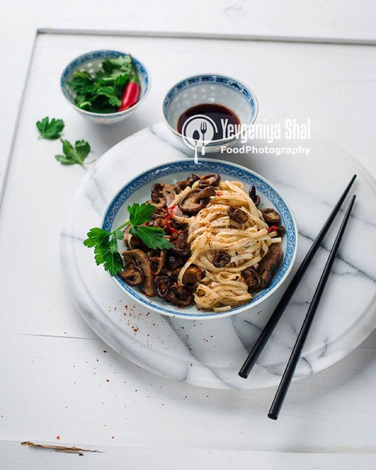 """""""Азиатская лапша с грибами шиитаке и уткой. #еда #азия #фотоеды #фотография #лапша #китай #китайскаяеда #китайскаякухня #essen #food #fotografie…"""""""
