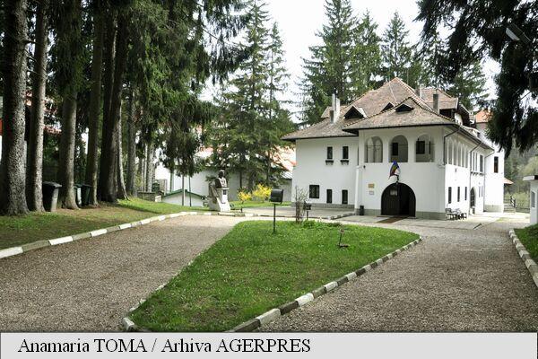"""Casa Memorială """"George Enescu"""" din Sinaia, cunoscută ca Vila Luminiș, este locul de recreere și inspirație unde George Enescu a compus o parte a operei sale preferate, Oedip. Amplasată în cartierul Cumpătu din stațiunea prahoveană Sinaia, a fost construită între anii 1923-1926 cu ajutorul arhitectului Radu Dudescu, după planurile realizate de însuși Enescu."""