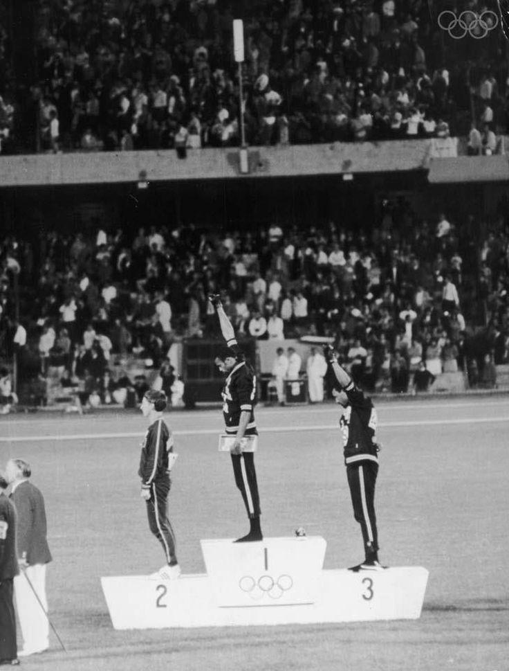 El Black Power salute de Tommie Smith y John Carlos, en el podio junto con Peter Norman (izq.), en el Estadio Olímpico el 16 de octubre de 1968 Foto: Hulton Archive/Getty Images