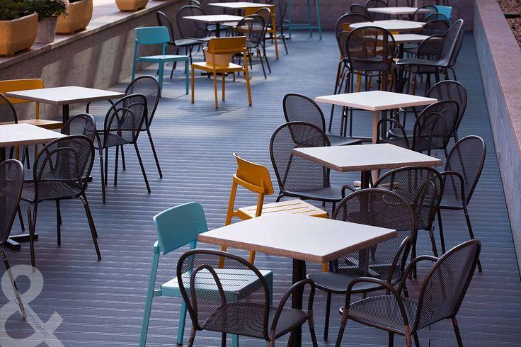 Némi színt is csempésztünk az Óz Kantin teraszának megtervezésébe. / We brought some color to the terracce of Óz Kantin, too.