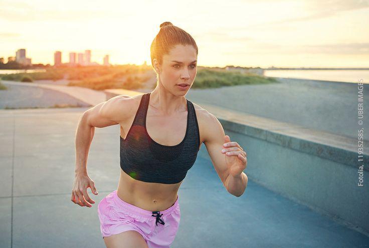 HIIT me one more time! Das intensive Workout gilt als Geheimtipp für eine schnelle und effektive Fettverbrennung. Kurz, aber heftig – so kann man das trendige HIIT-Training umschreiben. Wie die HIIT-Intervalle funktionieren und welche Sportarten sich dazu eignen, zeigen wir euch hier. #MeinQ
