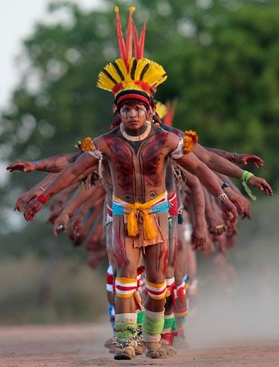 #Brazil`s #Yawalapiti men dance during the quarup, picture: Reuters/Ueslei Marcelino / Brésil chic ! Concours GLAMOUR