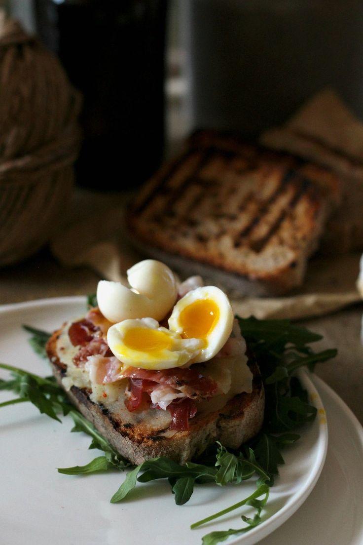 crostini patate speck e uova di quaglia
