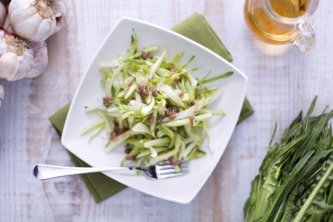 L'insalata di puntarelle alla romana è un contorno semplice e gustoso tipico del Lazio che vengono servite con una gustosa salsa di condimento.
