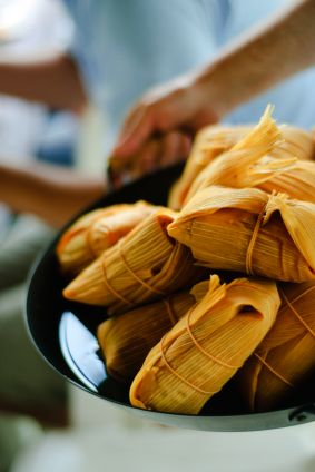 Tamal significa envuelto en Náhuatl. La receta de tamal es una masa de maíz envuelta en una hoja de maíz. Esta receta que contiene huitlacoche es muy rica, muy mexicana y muy original. Comúnmente se comen los tamales en el Día de la Candelaria.
