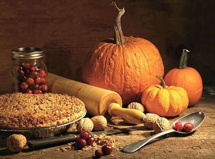 Скоро веселый праздник Хэллоуин! И если к вам вдруг нагрянут неожиданные гости, удивите их - приготовьте тематический ужин из тыквы. Нежный суп,необычный пилаф,солнечные блинчики и целых три десерта на выбор.