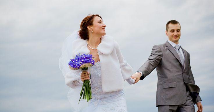 Ideas para una recepción en azul, plateado y blancos. Si tu color favorito es el azul, combínalo con los colores blanco y plateado para crear una boda increíble. Aunque normalmente esta combinación se utiliza para crear el ambiente en las bodas que se realizan en invierno, por su similitud con la nieve y el hielo, hay varias formas de usar azul, plateado y blanco en la celebración para crear una ...