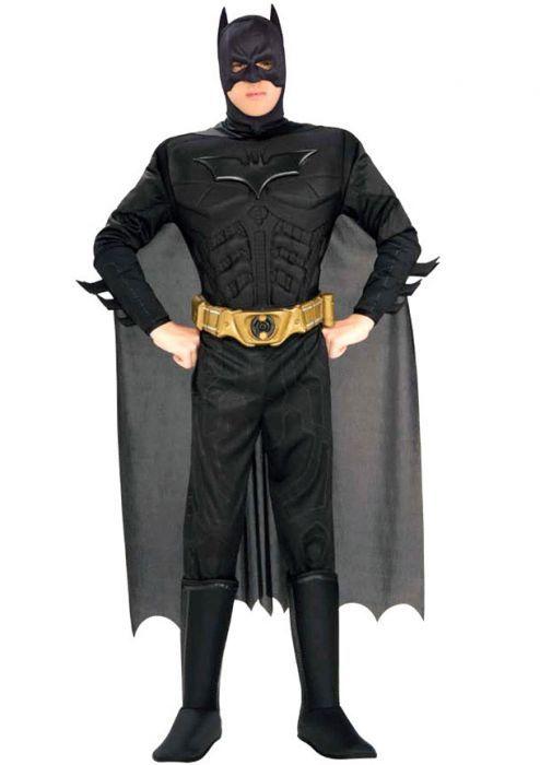 Batman Pak Een stoer zwart Batman pak met gele riem, masker en lange cape. Dit zwarte batman kostuum heeft het Batman logo op de borst en loopt door tot in de vootcovers, welke je met een elastiek om je schoen kunt doen. Het masker loopt door in de lange cape en is van een elastische stof. Het Batman pak is een productie van Rubies Worldwide.  Set bestaat uit: - Batman Masker met Cape - Batman Jumpsuit - Batman Riem