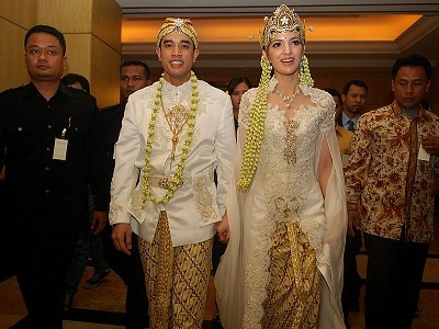 Model Kebaya Pengantin Terbaru: Kebaya Dresses, Indonesian Kebaya, Ramadhani Wedding, Batik Kebaya, Wedding Dresses, Wedding Kebaya, Wedding Ideas, Weddings, Nia Ramadhani