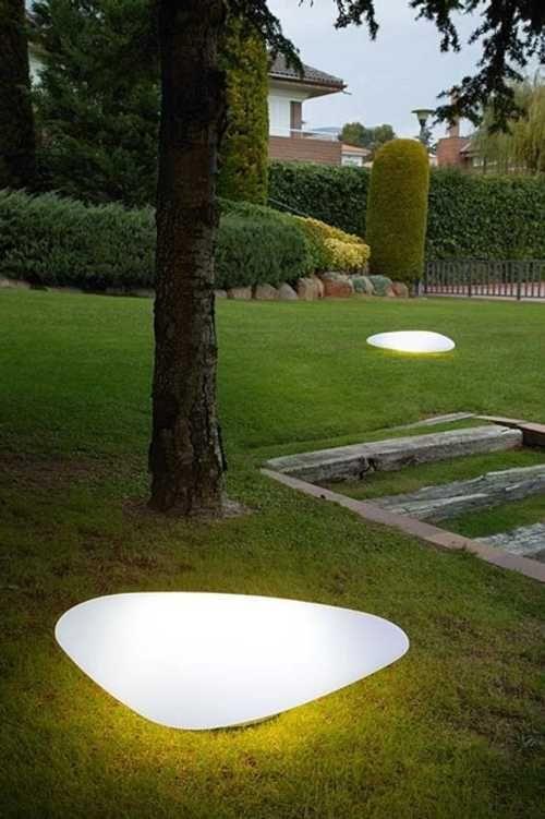 La iluminación de exteriores, se trate de una terraza, un jardín o un balcón, es tan importante como iluminar el interior de nuestro hogar. Con un exterior bien iluminado, se realza la belleza de este espacio, más aún si hay plantas y flores. La iluminación de exteriores podemos encararla como iluminación funcional o decorativa. Lo …