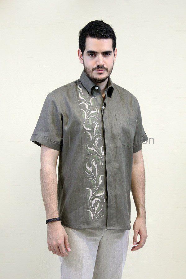 Camisa de Manga corta confeccionada 100% en Lino color Pardo, con Bordado artesanal en Hilo de Seda, una bolsa, Alforzas y cierre de boton oculto.