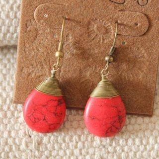Pendientes en tonos dorados y rojos, con una lagrima imitando la piedra jaspe. Llevalos como quieras y donde quieras, dale un toque casual y elegante a tus orejas.
