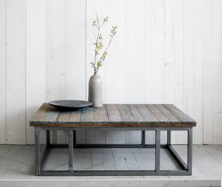 Stoere salontafel van oud hout en staal. Industrieel en landelijk.