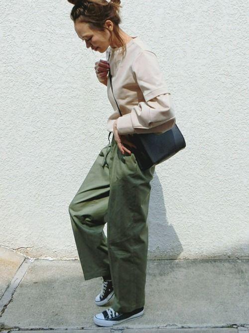 形が可愛い立派バルーン袖スウェット♡ カーキパンツに合わせてシンプルカジュアルコーデ. insta
