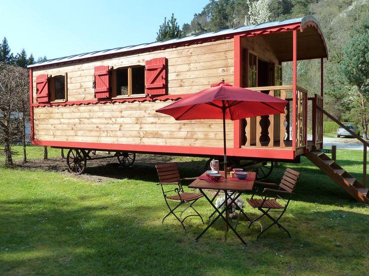 Bienvenue au Camping de Vaubarlet – camping Sites et Paysages. C'est parmi les paysages verdoyants et vallonnés de Haute-Loire,à environ une heure de Lyon que vous découvrirez notre camping dans une vallée. Au cœur d 'un vaste réseau d'itinéraires de randonnées, le camping vous accueille en toute convivialité dans un écrin de 14 ha de verdure. A votre disposition une pataugeoire et piscine chauffées, de la restauration et un bar, des chalets, mobile-homes, tentes équipées et une vraie…