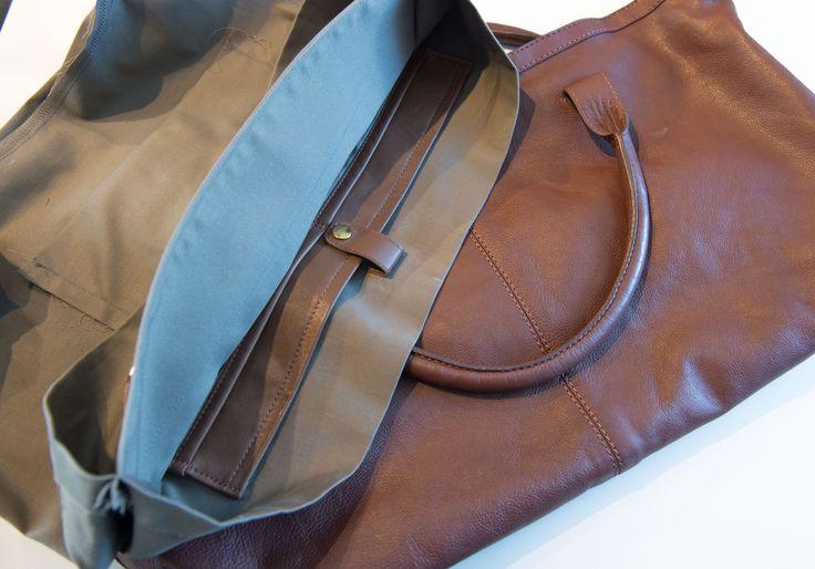 Nyt fór til skindtaske - Når man selv har en taske fetish, er en opgave som denne ret sjov, og jeg er sikker på at modtager bliver glad for sin nye taske. Min kunde var meget glad for sin skind taske, men det indvendige fór var gået helt i stykker, og opgaven gik ud på at sy et nyt taske fór til tasken. ... - http://sy-smeden.dk/2015/06/nyt-for-til-skindtaske/ - #Specialopgaver, #Tasker