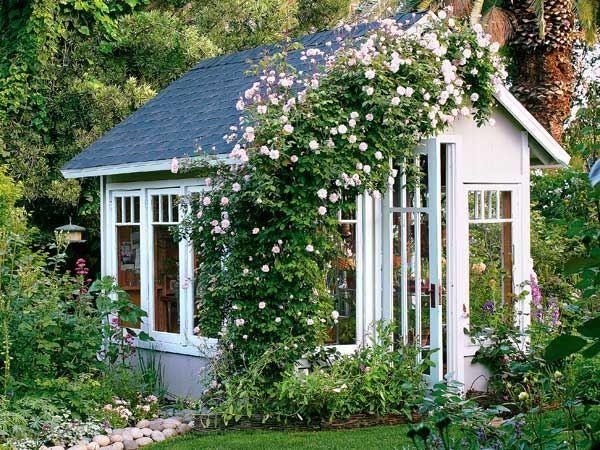 Gartenhaus aus Holz Kletterpflanzen Rosen rosa Far…