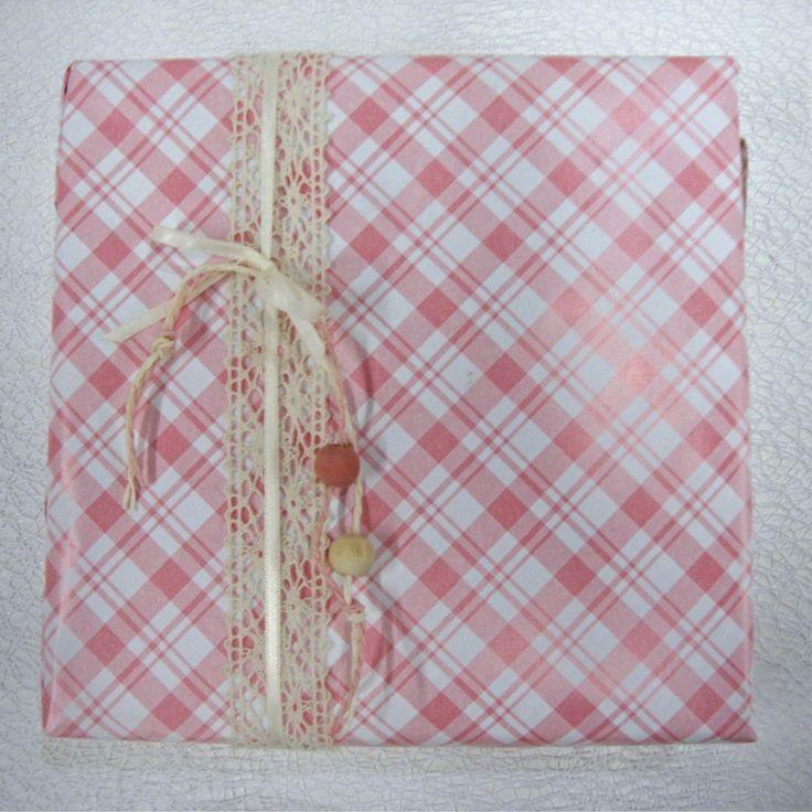 Geruit geschenkpapier met kanten lint en parels