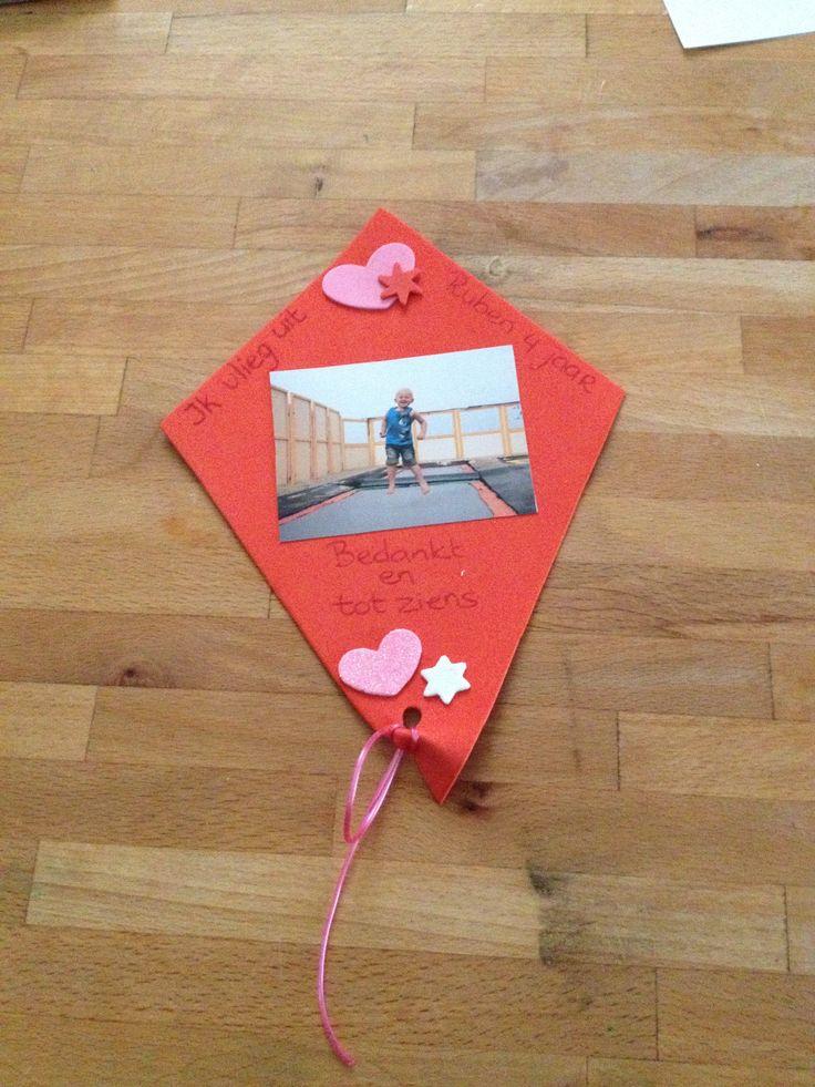"""Vlieger van foam. Ruben word vier en gaat de peuterspeelzaal verruilen voor de kleuterschool. Ieder kind krijgt een vliegertje met """"ik vlieg uit"""" en een foto erop."""