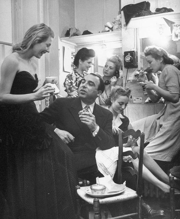 Marcel Rochas déjeunant avec ses mannequins en 1951