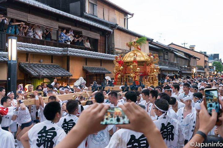Japaninfo at 京都祇園花見小路通り.
