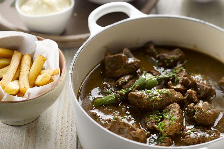 vleesgerecht - rundvlees, aardappelen, ... - Stoof de uien op een middelhoog vuur in een grote stoofpot. Laat ze niet kleuren.