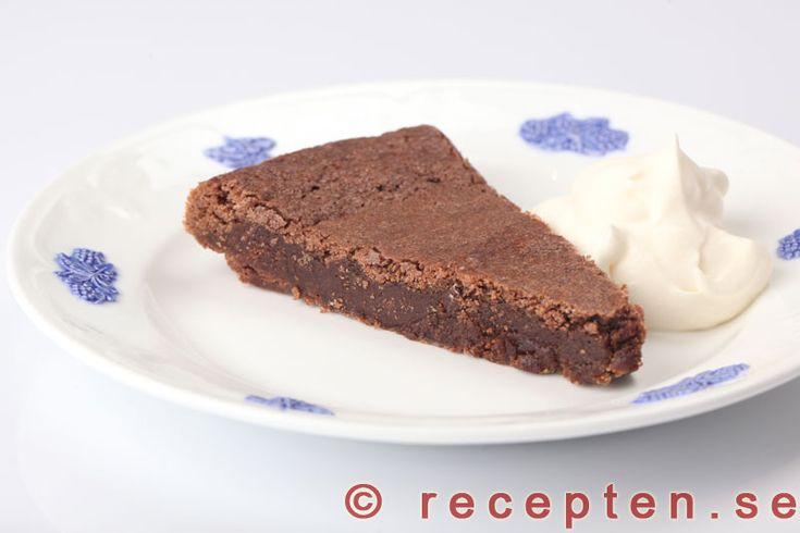 Kladdkaka - Recept på en mycket god kladdkaka. Jättegod och enkel att göra! Perfekt till fikat med en klick vispad grädde.