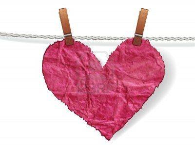 Corazón arrugado irregular unido a una cuerda con la clavija. Amor concepto de día de San Valentín. Foto de archivo - 12062930